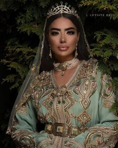 hooting with designer caftan by by Hair Kaftan Moroccan, Morrocan Dress, Moroccan Bride, Moroccan Wedding, Caftan Dress, Hijab Dress, Arab Fashion, Muslim Fashion, Moroccan Jewelry