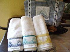 Otro juego de toallitas faciales, bolso con distinto diseño, toallitas bordadas en distintos colores de hilo pero con el mismo diseño de punto yugoslavo