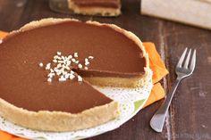 """Crostata al caramello e cioccolato """"Twix"""" senza cottura, al gusto dei famosi snack. Una torta peccaminosa, senz'altro poco light, ma molto molto golosa!"""