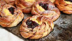 - Kanelknuter med Vaniljekrem og Solbær - Cinnamon Knots with Vanilla Cream and Blackcurrants Recipe Boards, Vanilla Cream, No Bake Desserts, No Bake Cake, Doughnut, Food Inspiration, Scones, Cinnamon, Sweet Tooth