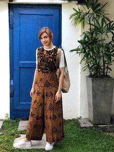 Jumpsuit Hijab, Modest Fashion Hijab, Batik Fashion, Ootd Hijab, Kebaya, Mix N Match, Tomboy, Outfit Of The Day, Blogger Style
