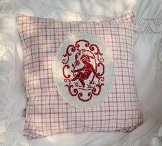 """Kissenbezug """"Engel"""" auf handgewebtem Bauernleinen von Barosa auf DaWanda.com Das Stickmuster ist schon ca. 90 Jahre alt, aber ich finde es immer noch wunderschön. Kombiniert mit einem antiken Bauernstoff in rot-weiß kariert sieht es aus wie aus Omas Wäscheschrank."""
