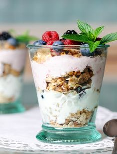 Skinny Berry Parfait is proof that desserts don't need added sweeteners to taste delicious. Our healthy parfait recipes are a great option for those with a sweet tooth. Weight Watcher Desserts, Weight Watchers Snacks, Clean Eating Snacks, Healthy Snacks, Healthy Eating, Healthy Recipes, Healthy Yogurt, Protein Recipes, Protein Snacks