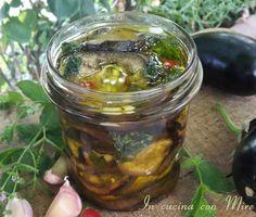Le melanzane grigliate conservate sott'olio alla calabrese, hanno un sapore particolare e sono ottime come contorno o in panino assieme al companatico.
