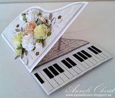 Annelis Pysselbox: Pianokort i vitt med sommarblommor!