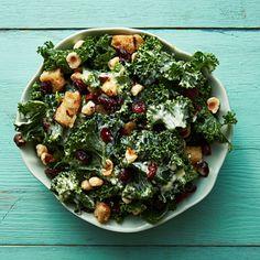 Recept: Kale caesar med tranbär och nötter