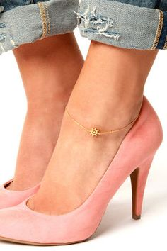 Check it out from Lulus.com! Steer your outfit in a chic new direction by putting on the Steer the Ship Gold Anklet! A dainty gold chain houses a brushed gold charm in the shape of a classic ship steering wheel, to add nautical appeal over your cutest heels or flats. Anklet measures 8.5