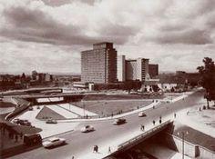 A principios de siglo, la zona que hoy ocupa el Centro Internacional estaba compuesta por las instalaciones de la Escuela Militar, con Bava... Cali, Opera House, Quito, Building, Colonial, Vintage, Bogota Colombia, Social Science, Latin America