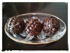 bolitas de navidad recubiertas con granos de cafe.