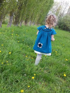 Inspiration Gorjuss pour cette tenue composée de 2 robes à superposer (bleu pétrole et coton ajouré crème et d'un legging à fines rayures noires