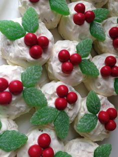 You will love this easy Mini Chocolate Ripple Cake Recipe and we show you how to turn them into Mini Chocolate Ripple Christmas Cakes too. Punch Recipes, Cake Recipes, Snack Recipes, Dessert Recipes, Yummy Recipes, Snacks, Butter Chicken Sauce, Lemon Butter Chicken, Mini Tortillas