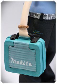 Fofucha Técnico Informático con uniforme de empresa, cinturón friki de teclado, maletín Makita, fuente de alimentación, destornilladores y móvil con triviados!  http://www.xeitosas.com/
