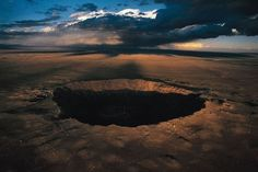 Barringer Crater in northern Arizona is the point of a meteorite that was discovered in 1871. Crater - 170 m deep and 1.2 km in diameter. Meteorite collided with the earth 50,000 years ago, at a speed of 39 thousand miles per hour (64,000 km / h).