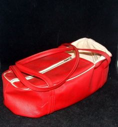 Nuken kantolaukku 1960-luvulta / Doll's carrying bag, 1960s