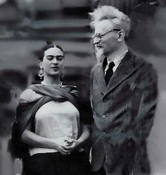 Frida Kahlo and Leon Trotsky, Mexico. He was exiled in Mexico from 1936 until he was assassinated in Kahlo and he had an affair when he lived with her and Rivera. (Trotsky's wife, Ruth, and another person were edited out of the photo. Diego Rivera, Frida E Diego, Frida Art, Famous Artists, Great Artists, Selma Hayek, Mexican Artists, Art History, Famous People