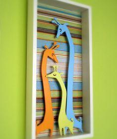 Familia de Jirafas es un cuadrito 3D, pap, mam y jirafa beb hechos en madera pintados a mano, con un fondo en papeles estampados y coloridos, combinalos como ms te gusten.br / Medidas: 17.5 cm x 36 cmbr / Otro regalo original para chicos que no pods perderte!!