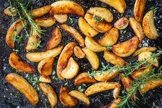Parhaat itsetehdyt lohkoperunat - kuorruta valkosipulilla ja yrteillä Rosemary Roasted Chicken, Rosemary Potatoes, Roasted Sweet Potatoes, Roasted Garlic, Roast Chicken Seasoning, Cider Pork Chops, Potatoes In Microwave, Frozen Potatoes, Cooking Green Beans