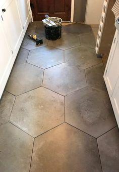 Home staging: 10 cheap tips to revamp your kitchen - My Romodel Ceramic Floor Tiles, Bathroom Floor Tiles, Kitchen Tiles, Kitchen Reno, Kitchen Flooring, Large Hexagon Floor Tile, Tile Flooring, Downstairs Bathroom, Flooring Ideas