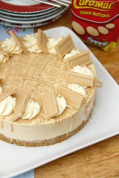 Caramelly and Chocolatey No-Bake Caramac Cheesecake – a Caramac Filling with a Buttery Biscuit Base and delicious decorations! The other day I posted my recipe for my Caramac Cupcakes and the… Caramac Cupcakes, Caramac Cheesecake, Banoffee Cheesecake, No Bake Desserts, Just Desserts, Delicious Desserts, Janes Patisserie, Buttery Biscuits, Desert Recipes