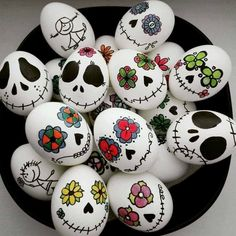 easter fabric crafts how to decorate easter eggs, tim burton inspired, white eggs, with drawings on them, in a black bowl Stone Crafts, Rock Crafts, Halloween Rocks, Halloween Crafts, Art D'oeuf, Easter Egg Designs, Easter Ideas, Easter Egg Crafts, Cool Easter Eggs