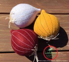 Felt Onion Red White or Yellow Felt Pretend Play by LittleFruits Felt Fruit, Craft Projects, Sewing Projects, Felt Play Food, Felt Patterns, Food Crafts, Felt Diy, Felt Hearts, Felt Ornaments