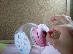 Manualidad#04 Una hucha casera y muy fácil de hacer Materiales:  Washi tape  Papel (scrap,folio,cartulina...) Recipiente de plástico Herramienta que atraviese el plastico