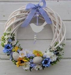 A beautiful wreath to celebrate Easter Wreath Crafts, Diy Wreath, Wreath Ideas, Easter Wreaths, Holiday Wreaths, Ester Decoration, Diy Ostern, Summer Wreath, How To Make Wreaths