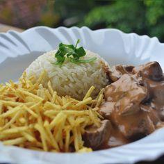 1 quilo de carne em tiras finas (filé mignon, contra-filé ou, alcatra) 4 colheres (sopa) de manteiga 2 cebolas picadas 1 pitada de pimenta-do-reino 200 g de champignons em conser…