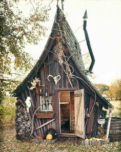 märchenhaftes schiefes Gartenhaus aus Holz