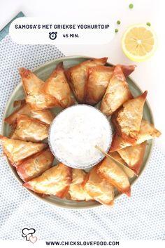 Samosa's zijn een Indiaas hapje gemaakt van filodeeg gevuld met aardappels, groenten en kruiden. Dit recept is gebaseerd op de klassieke variant, en is daarom gevuld met onder andere doperwten en koriander. De gele currypasta geeft deze hapjes extra pit, en de Griekse yoghurtdip geeft een frisse touch. Ideaal dus als origineel hapje voor tijdens de borrel. Enjoy! #samosa #yoghurtdip #borrelhapje #borrelrecepten #lekkererecepten #makkelijkerecepten New Recipes, Healthy Recipes, Buffet, Party Snacks, High Tea, Love Food, Catering, Food Porn, Food And Drink