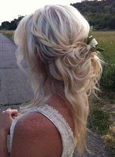 Perfectly undone hair for the boho Fall bride