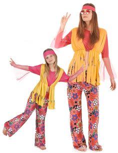 Déguisement couple hippie muticolore mère et fille : Déguisement hippie muticolore filleCe déguisement de hippie pour fille comprend un bandeau, un pantalon aux couleurs et aux motifs années 60 et un haut qui se compose d'un...