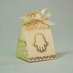 Une touche d'Orient dans votre mariage avec ce contenant à dragées de couelur ivoire et Or, le motif de la Main  de Fatma pour Orientaliser le thème de votre mariage.