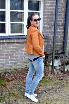 How to dress your belly.To see more: http://omanelamansamalli.blogspot.fi/2016/05/leather-love.html  #maternitystyle #leatherjacket #streetstyle #spring #whitesneakers