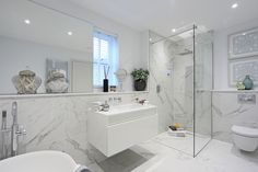 Minoli Tiles - Evolution Marvel - Can you tell that the floor tiles are actually matt tiles? In this bathroom you have the marble effect in a luxurious way on the walls with technical slip resistance for a better grip on the floor.Tiles: Marvel Calacatta Extra Lappato and Matt 60/60. #Minoli #minolitiles #porcelain #tile #porcelaintile #tiles #porcelaintiles #marblelook #marbleeffect #Marvel #calacatta #lappato #polished #shiny #bathroomidea #homedecor #interiordesign #mattfloor #samesize