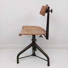 Cool gammal skrivbordsstol i industristil. Tillverkad av Industrifabriken Anders Krahner i Skillingaryd.   Krahners Industrifabrik tillverkade bland annat