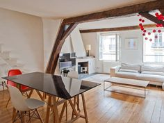 Salon mansardé & escalier discret d'un appartement parisien