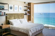 Ganze Unterkunft in Kapstadt, Südafrika. Awake in this stylish open plan apartment to the sounds of the sea, right on the best beach in the world! Ideal for a couple (and 2 kids under 12 - not 4 adults). Take in the full sweep of the Atlantic Ocean at sunset. Minutes from Camps Bay, th...
