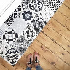 Welcome the imitation vinyl tile cement carpet that fills the bathroom and brings a nice contrast with our old floor, fan! ❤️ Carpet on Bathroom Rugs, Bath Rugs, Bathroom Carpet, Vinyl Tiles, New Carpet, Reno, Porcelain Tile, Kitchen Flooring, Interior Design Living Room