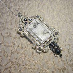 Пожалуй, последний в этой серии прямоугольный кулон. С кружевным агатом, в наличии. #сужнаявышивка #сутажныеукрашения #украшенияручнойработы #украшение #кулон #натуральныекамни #jewellery #jewelry #handmadejewellery #handmade #soutache #embroidery #beadedjewelry #beaded #white #fashion #look #pendant