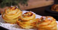 Stek poteter i en muffinsform - resultatet vil overraske deg! Side Recipes, Veggie Recipes, Great Recipes, Parmesan Potato Stacks Recipe, My Favorite Food, Favorite Recipes, Scandinavian Food, Danish Food, Potato Dishes