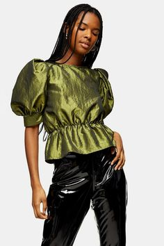Create an elegant evening look that is as timeless as it is class with our taffeta blouse. Designed with puff style short sleeves and waistband detailing, this piece adds some serious sophistication. 70s Vintage Fashion, 70s Fashion, Vintage Outfits, Girl Fashion, Vintage Clothing, Green Blouse, Green Shorts, Corset Blouse, Topshop Boutique