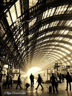 Het Centraal Station in Milaan geeft op deze foto de contrasten weer tussen de zware dakconstructie waar toch veel licht en openheid doorheen komt. | #MeijsWonen Moodboardactie | Irene Welten |