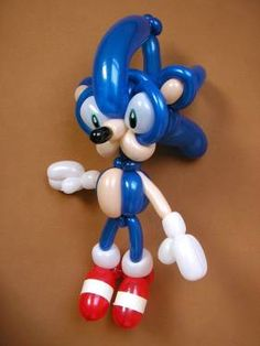 HowtoDoBalloonTwisting Builds Sonic the Hedgehog out of