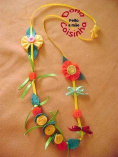 Colar infantil feito com fitinhas amarelas, feltro e botões.    Sucesso entre as meninas de estilo.    Frete não incluso. R$ 18,00