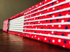 Caderno com costura Longstitch e capa em tecido de algodão. Essa estampa em poá é diferente pois as bolinhas estão posicionadas de forma desordenada deixando um aspecto mais casual e divertido!