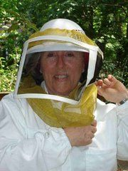 Beekeeper Linda--Local Atlanta Beekeeper keeping an extensive blog with several helpful links