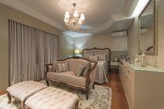 As arquitetas Fernanda Sfoggia e Sandrine Cousseau projetaram este dormitório com base contemporânea e elementos clássicos. Os destaques são o sofá, os dois supiês e o charmoso lustre de cristais que cria uma atmosfera de descanso e relaxamento.