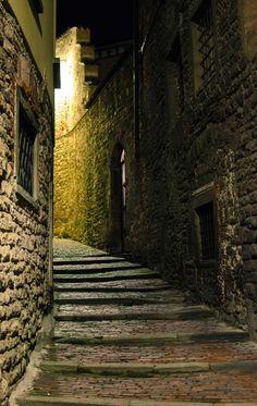 Bergame la nuit - Rue de la ville haute de Bergame en Lombardie (Italie du Nord)