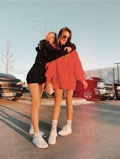 Bff Pics, Cute Friend Pictures, Cute Bestfriend Pictures, Teenager Outfits, Outfits For Teens, Best Friend Fotos, Best Friend Pics, Shooting Photo Amis, Chic Outfits